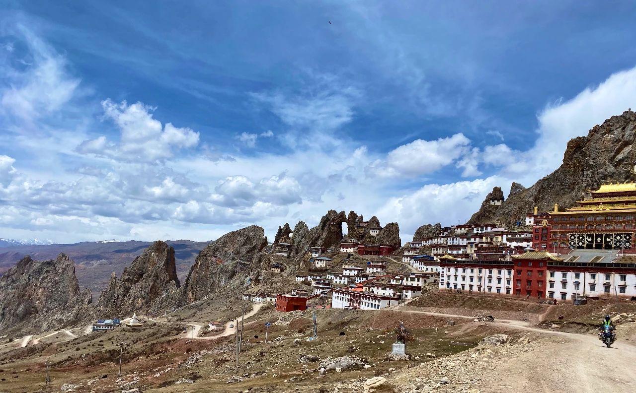 Meet the secret territory of eastern Tibet, the sky city Zizhu Temple (4).jpg